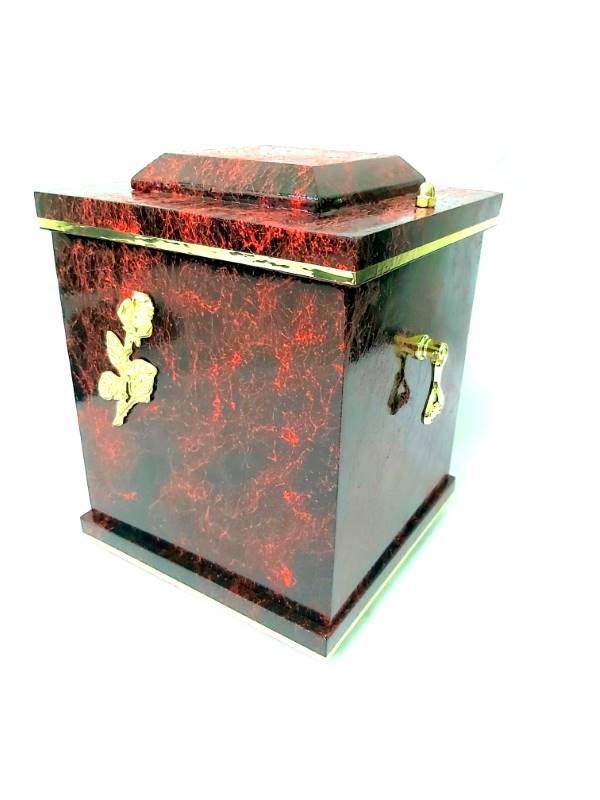Czerwone urny drewniane D-18