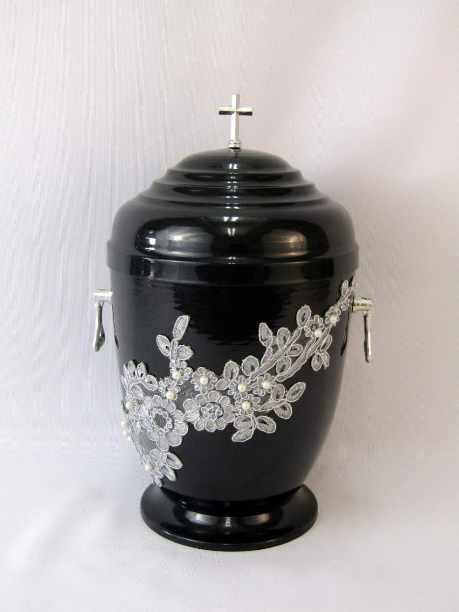Czarna urna zdobiona