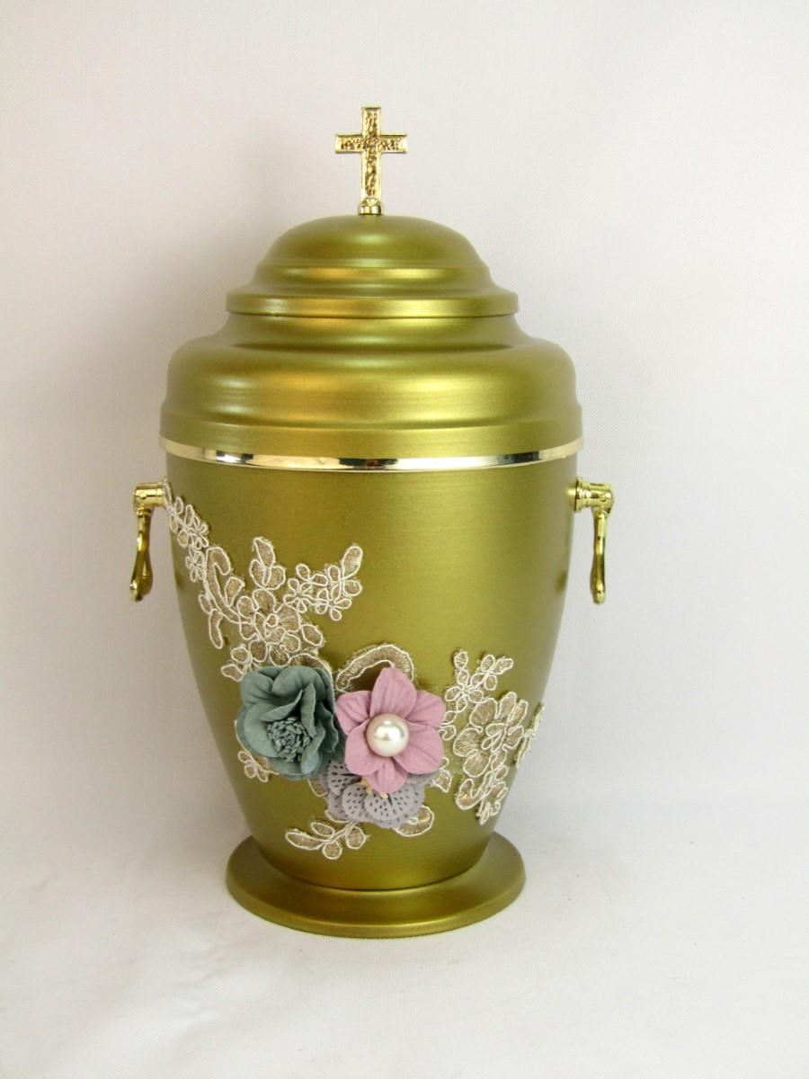Złota urna ze zdobieniami