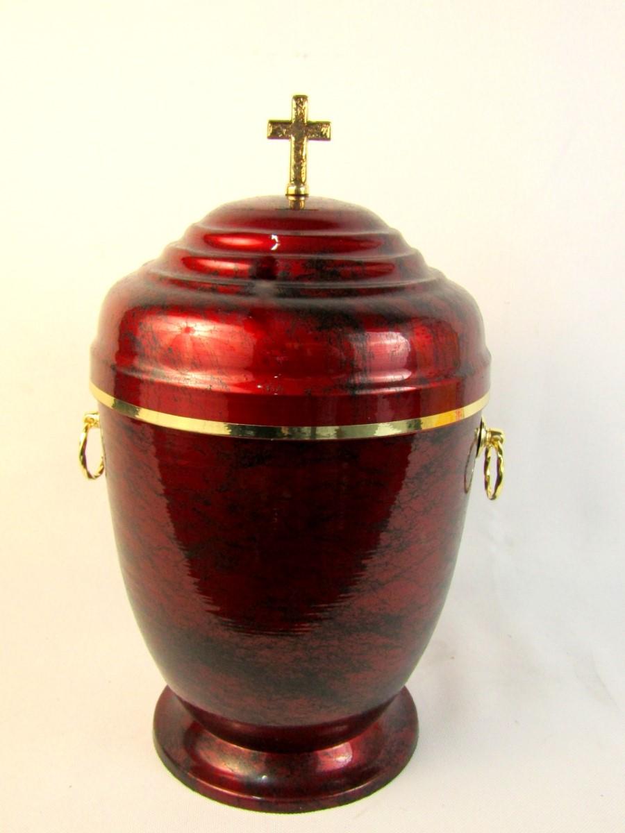 Czerwona urna ze złotymi zdobieniami